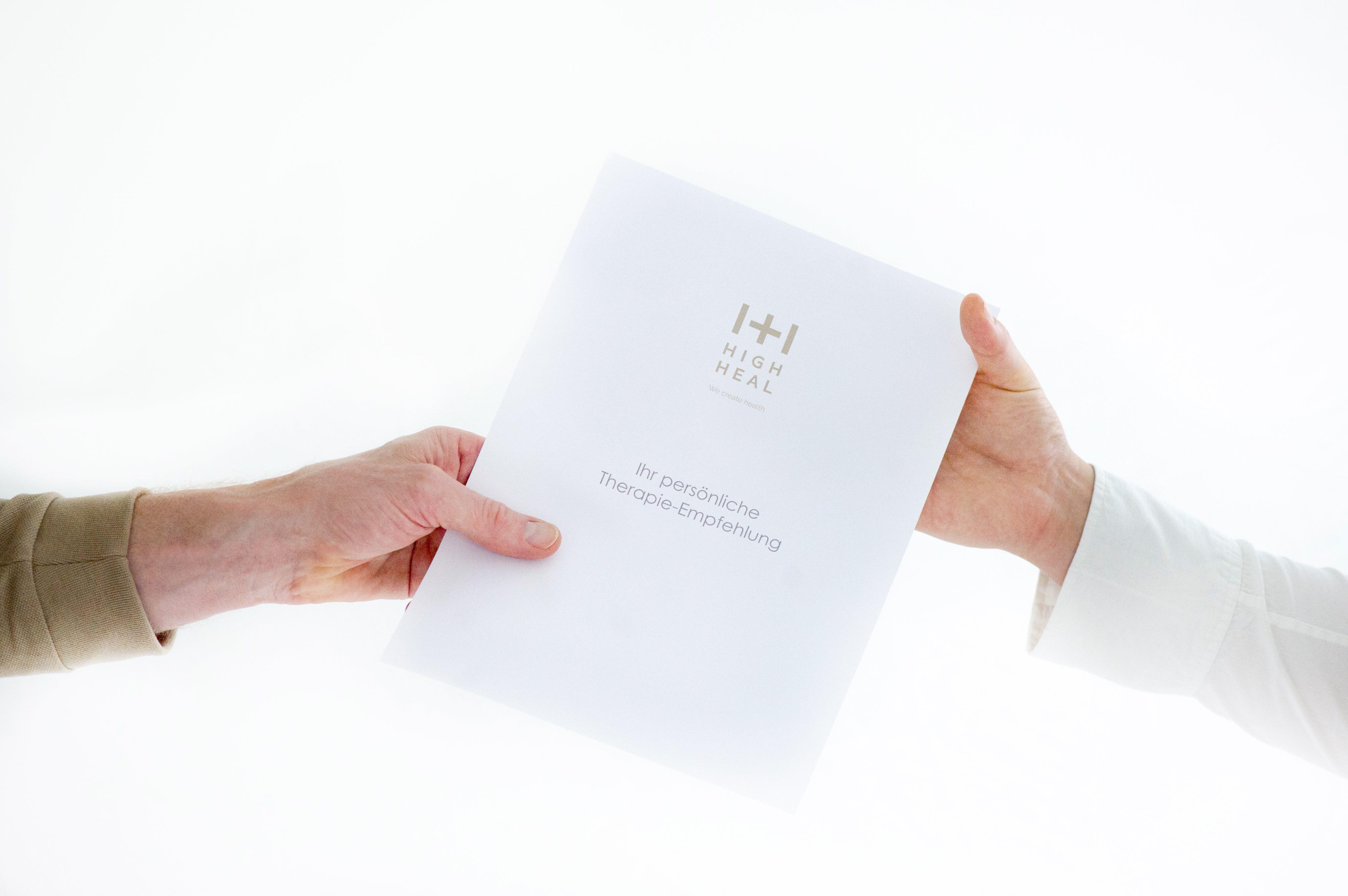 Bild zeigt High Heal Therapieempfehlung Übergabe Arzt an Patient High Heal Kitzbühel Tirol Gesundheitszentrum
