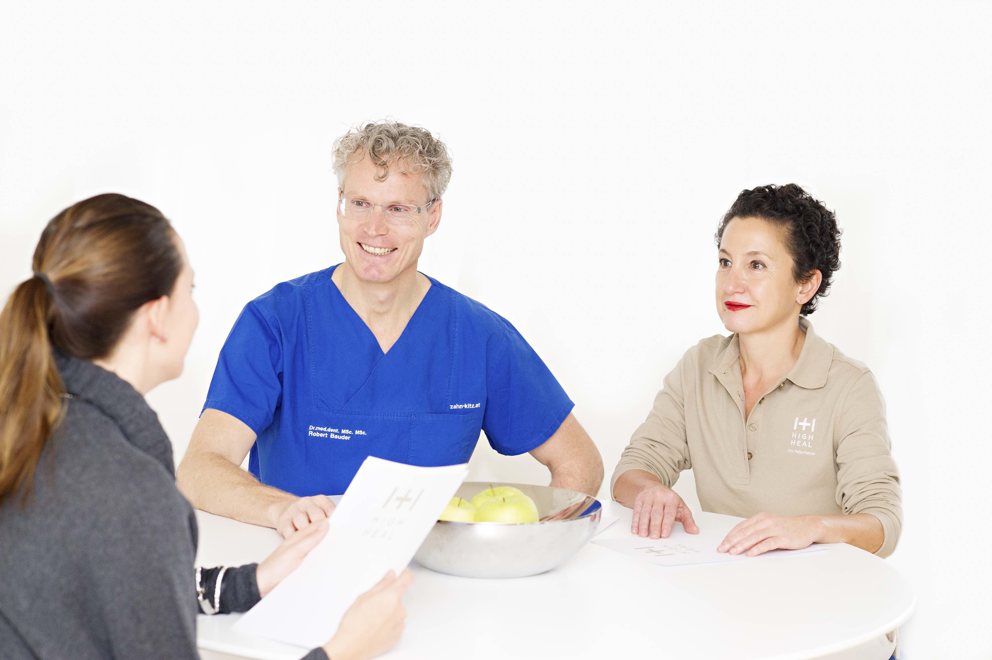 Gespräch Arzt Therapeut Patient Team Umsetzung Therapie Gesundheitsprogramm